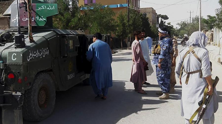7.jul.2021 - Seguranças afegãs montam guarda ao longo de uma estrada em meio a luta entre as forças de segurança afegãs e combatentes do Talibã na cidade ocidental de Qala-i-Naw, no Afeganistão - AFP