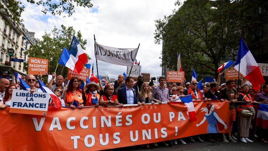 Protesto em Paris contra a obrigatoriedade de um passaporte que confirme a vacinação completa contra covid, estipulada pelo governo do presidente Emmanuel Macron - REUTERS/Sarah Meyssonnier
