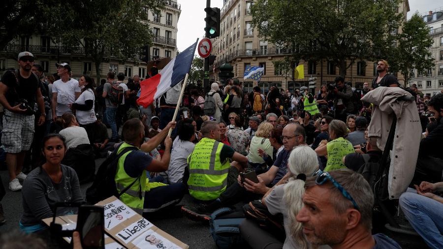 7 de agosto de 2021 - Protesto na França contra vacinação compulsória da covid-19 para alguns trabalhadores - Geoffroy Van Der Hasselt/AFP