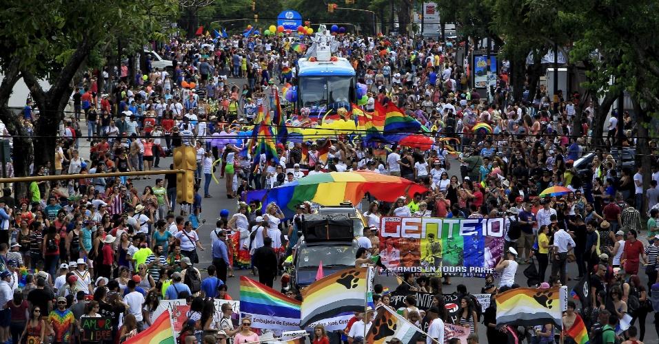 28.jun.2015 - Ativistas participam de Parada do Orgulho Gay em San José, na Costa Rica, neste domingo (28)