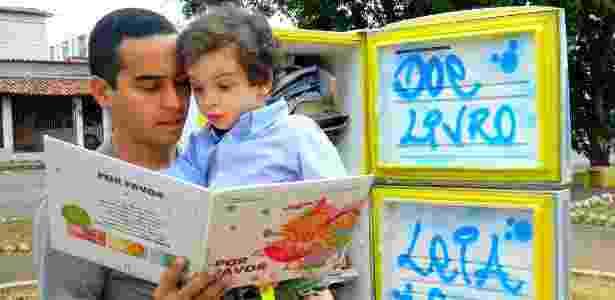O pequeno Nícolas Heero, de 3 anos, lê com seu pai Renê Elvis, 26, livro de geladeira no DF - Jéssica Nascimento/UOL - Jéssica Nascimento/UOL