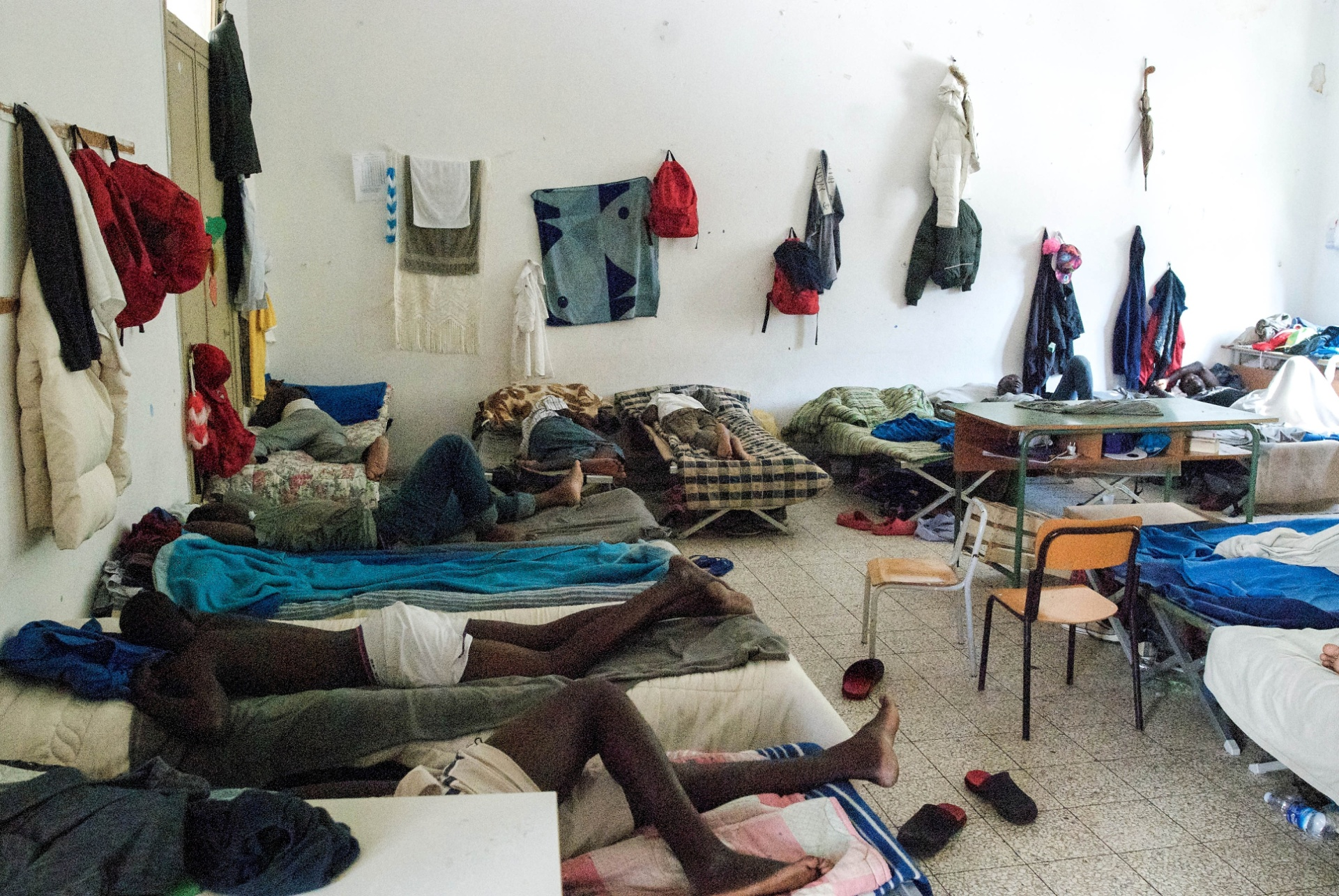 2.out.2015 - Refugiados são alocados em abrigo para migrantes em Augusta, na Sicília, Itália. Em questão de meses, os recém-chegados podem passar por diversas casas de acolhida enquanto aguardam o visto de permanência