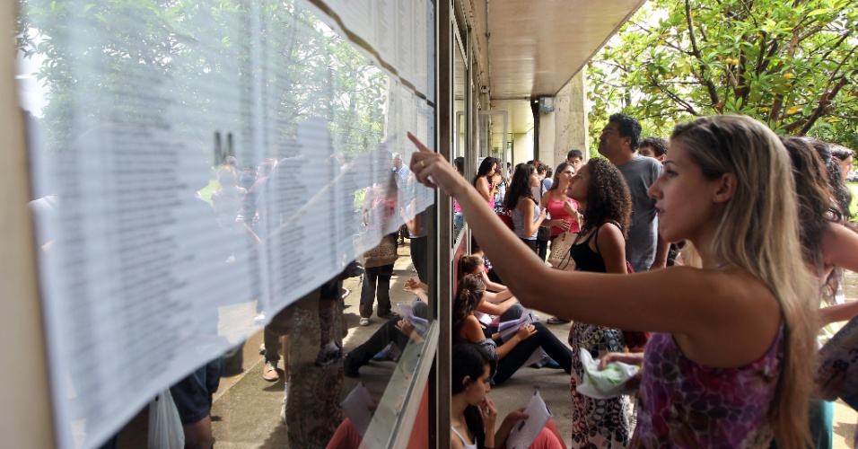 10.jan.2016 - Movimentação de candidatos do vestibular para as provas de português e redação da segunda fase da Fuvest 2016 no prédio da Escola Politécnica da Cidade Universitária na manhã deste domingo