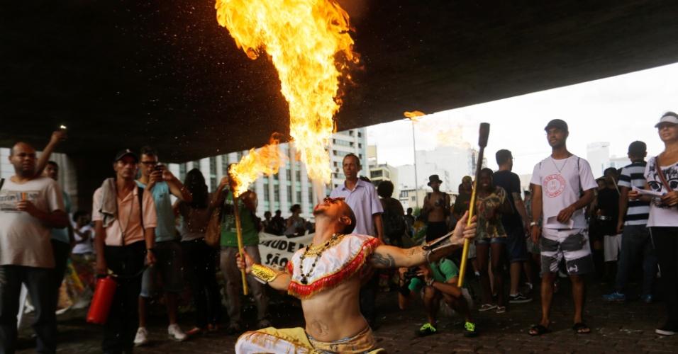 17.fev.2016 - Homem faz pirofagia durante um protesto contra a nomeação do psiquiatra Valencius Wurch, ex-diretor de um manicômio, para a Coordenação Nacional de Saúde Mental Álcool e outras Drogas, na avenida Paulista, em São Paulo