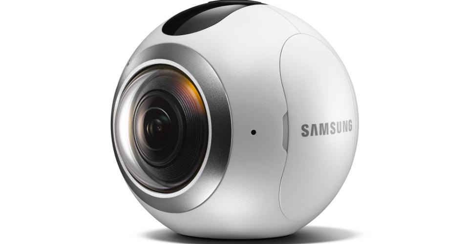 21.fev.2016 - A Samsung anunciou a Gear 360, uma câmera de 360 graus equipada com lentes dupla olho-de-peixe (que amplia o ângulo de captura da imagem) com sensores de 15 MP, que permitem ao aparelho capturar vídeo de alta resolução (3840 x 1920 pixels) em 360° ou imagens estáticas de 30 megapixels. A câmera também faz vídeos com uma amplitude de 180 graus de largura ou imagens usando apenas um dos lados da lente, com abertura F2.0 capaz de fotos em condições de pouca luz
