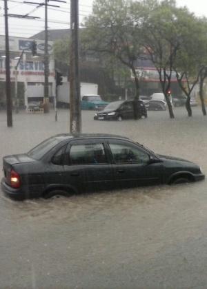 Avenida Oratório em Santo André teve o trânsito interrompido por causa das fortes chuvas da tarde