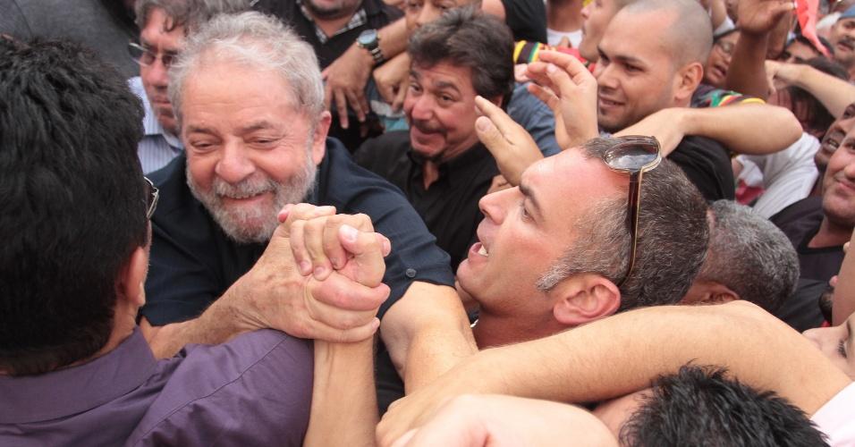 4.mar.2016 - Ex-presidente Luiz Inácio Lula da Silva (PT) foi recebido com abraços de simpatizantes e gritos a seu favor na porta de sua casa, em São Bernardo do Campo (SP). Lula é o principal investigado na 24ª fase da Operação Lava Jato e prestou depoimento à Polícia Federal
