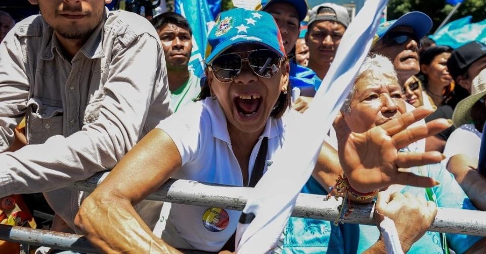 12.mar.2016 - Em apoio a mecanismos legais para tirar o presidente da Venezuela, Nicolás Maduro, do poder, milhares de venezuelanos foram às ruas neste sábado (12). Eles levaram cartazes e gritaram palavras de ordem durante a marcha