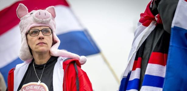 Membro de movimento anti-islâmico holandês protesta em Schiphol, na Holanda