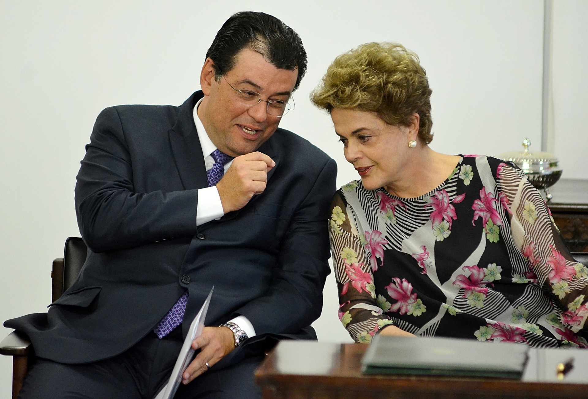 23.mar.2016 - A presidente Dilma Rousseff e o ministro das Minas e Energia, Eduardo Braga (PMDB), durante sanção da lei que dispõe sobre os percentuais de adição de biodiesel ao óleo diesel
