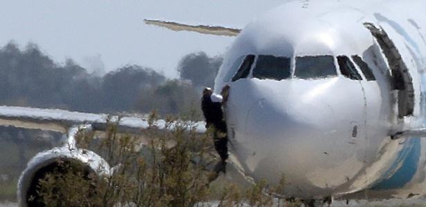 Homem foge pela janela de avião sequestrado da Egyptair, no aeroporto de Larnaca, no Chipre - Yiannis Kourtoglou/Reuters