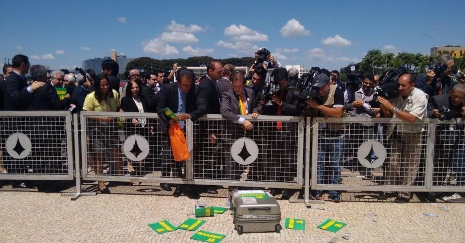 """7.abr.2016 - Membros da oposição gritam paras mulheres que fazem ato pró-governo em Brasília (DF) e jogam papéis escritos """"Impeachment já"""""""