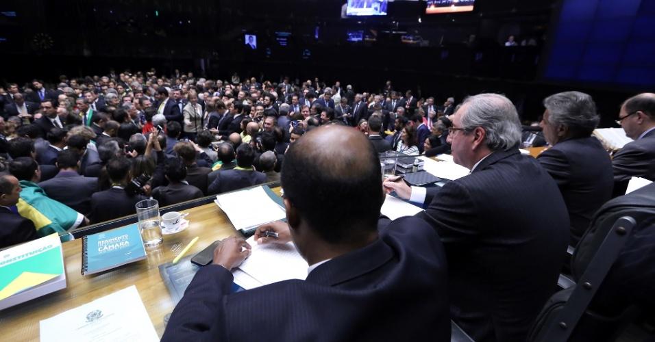 17.abr.2016 - Deputados se aglomeram na Câmara dos Deputados para votar na sessão que decide se o processo de impeachment da presidente Dilma Rousseff continua ou não