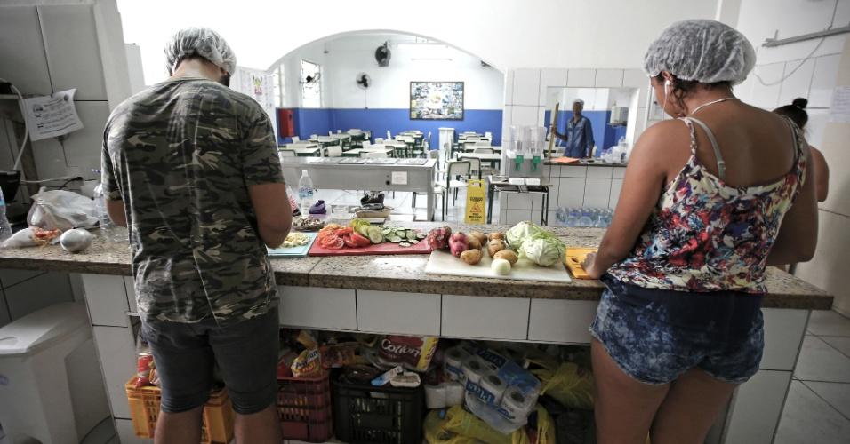 20.abr.2016 - Estudantes usam toucas durante o preparo das refeições na ocupação do Colégio Estadual Amaro Cavalcanti, na zona sul do Rio. Os alimentos foram doados pela população
