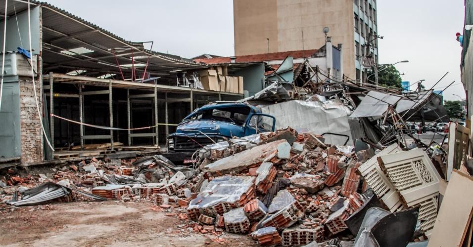 17.mai.2016 - A parede de um galpão caiu sobre um caminhão na Mooca, zona leste de São Paulo, durante o temporal que atingiu a cidade na segunda-feira (16). Mais de 170 árvores caíram com o vendaval que atingiu a cidade