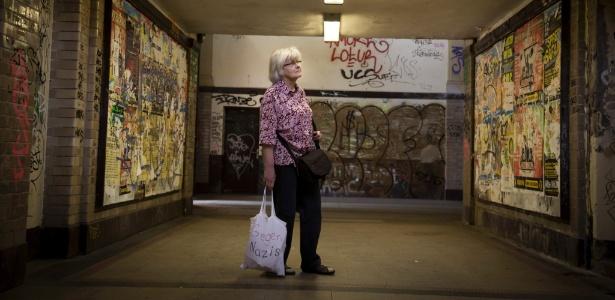 """Aposentada anda com uma bolsa com os dizeres """"Contra os Nazistas"""""""