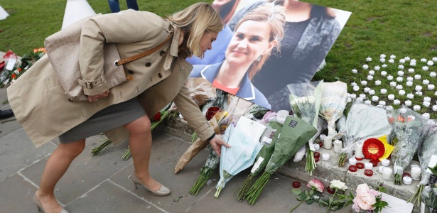 Britânicos prestam homenagem a Jo Cox (foto), parlamentar do Partido Trabalhista britânico que morreu após ser esfaqueada e baleada próximo à cidade de Leeds, na Inglaterra. Ela era partidária da permanência do Reino Unido na União Europeia
