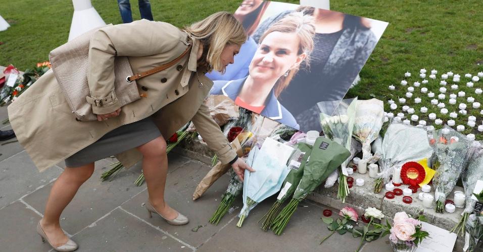 17.jun.2016 - Mulher deposita flores em memorial improvisado criado em homenagem a deputada trabalhista britânica Jo Cox, assassinada ontem (16) em Birstall, no norte do Reino Unido. O assassinato aconteceu na reta final da campanha para o referendo sobre a permanência do Reino Unido na União Europeia, em 23 de junho. Cox, que havia trabalhado em Bruxelas para uma política britânica e para a organização Oxfam, era partidária da permanência na UE