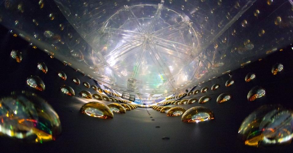 20.jun.2016 - A cada segundo, trilhões de partículas fantasmas passam por cada uma das pessoas da Terra sem serem sentidas. No laboratório de Daya Bay, enterrado nas colinas da China, seis detectores cilíndricos, cada um com cerca de 20 toneladas de fluído que detecta partículas, estão agrupados para detectá-las. O local foi construído para investigar as oscilações de neutrinos, para descobrir quantas partículas escapam dos radares por mudarem de sentido