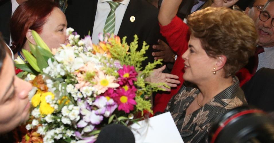29.ago.2016 - A presidente afastada, Dilma Rousseff, recebe flores de militantes no Senado Federal, em Brasília, onde apresentará sua defesa no processo de impeachment