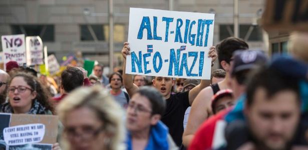 """Manifestantes protestam na porta do evento da """"direita alternativa"""" nos EUA"""