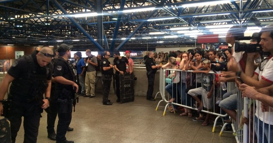 28.dez.2016 - Policiais do GOE e do Garra ajudam na segurança da Delpom (Delegacia do Metropoliano), dentro da estação Barra Funda do Metrô de SP, onde estão presos os dois suspeitos de espancarem até a morte um ambulante no domingo (25)