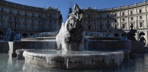 Gelo cobre estátuas na Piazza della Repubblica, em Roma, nesta segunda-feira