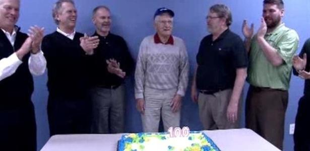 Bill Hansen (centro) teve direito a bolo na volta ao trabalho