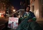 Pai faz greve de fome e se acorrenta a prédio por transplante para o filho (Foto: J.F.Dorio/Estadão Conteúdo)