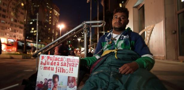 José Elezoardo Soares se acorrentou a um corrimão em frente ao prédio da Justiça Federal para conseguir um transplante para seu filho
