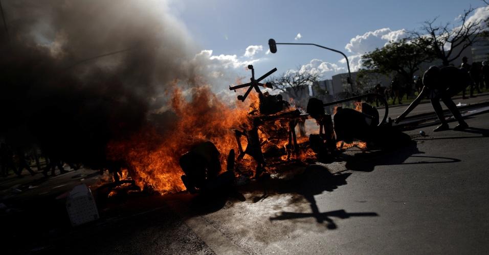 24.mai.2017 - Além do Ministério da Agricultura e do Planejamento, manifestantes atearam fogo em objetos em frente ao Ministério da Saúde, na Esplanada dos Ministérios, em Brasília