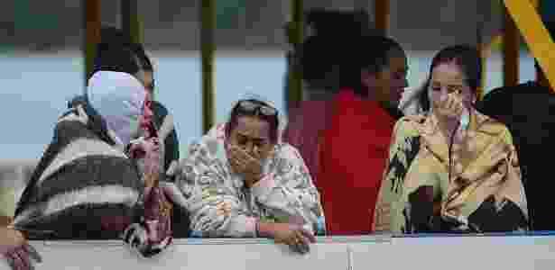 25.jun.2017 - Sobreviventes de naufrágio na represa de Guatapé, na Colômbia, choram enquanto aguardam informações sobre desaparecidos - Luis Benavides/AFP - Luis Benavides/AFP