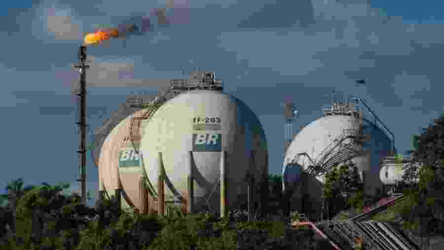 Uma refinaria transforma óleo bruto, barato, em combustível, opção com maior valor agregado - Yasuyoshi Chiba/AFP