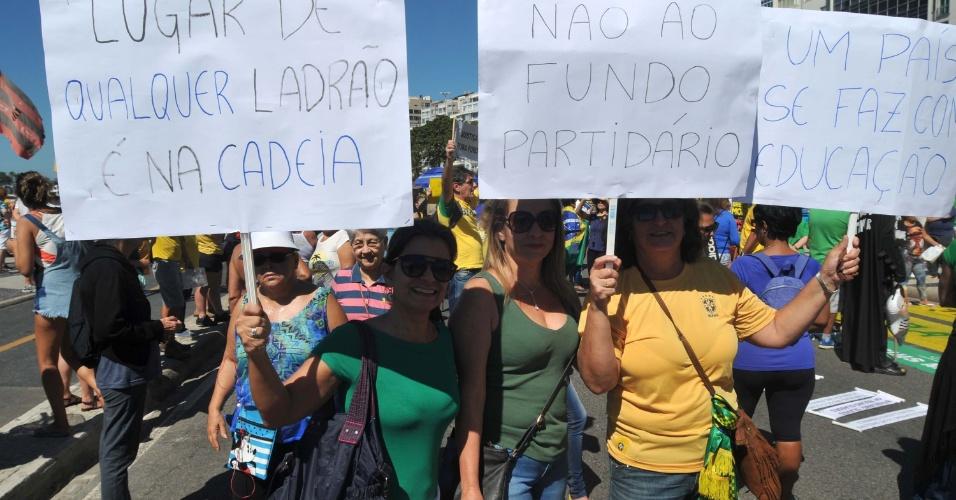 27.ago.2017 - Manifestantes fazem críticas a impunidade e ao fundo partidário durante protesto em Copacabana, zona sul do Rio de Janeiro (RJ). O ato foi convocado pelo movimento Vem Pra Rua