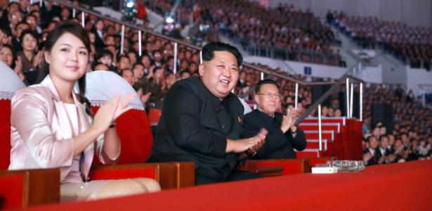 Em foto de arquivo, Kim Jong-Un participa de evento ao lado de sua esposa, Ri Sol-Ju - KCNA via KNS - 19.out.2015/AFP