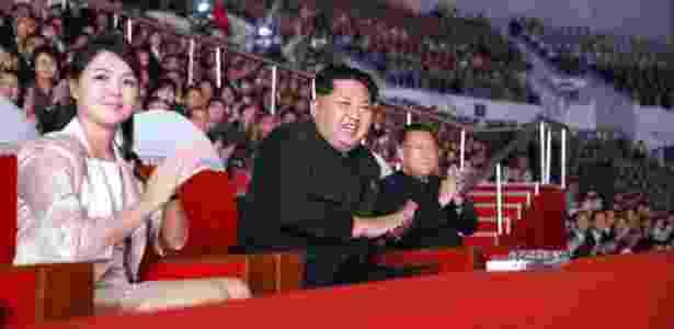 Líder norte-coreano, Kim Jong-Un, e sua esposa, Ri Sol-Ju - KCNA via KNS - 19.out.2015/AFP - KCNA via KNS - 19.out.2015/AFP
