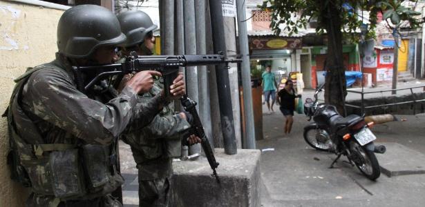 24.set.2017 - Militares em patrulhamento nos acessos da Rocinha - MARCOS ARCOVERDE/ESTADÃO CONTEÚDO