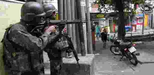 24.set.2017 - Militares patrulham a favela da Rocinha, na zona sul carioca - MARCOS ARCOVERDE/ESTADÃO CONTEÚDO