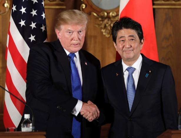 Donald Trump e o premiê Shinzo Abe se cumprimentam em Tóquio, no Japão