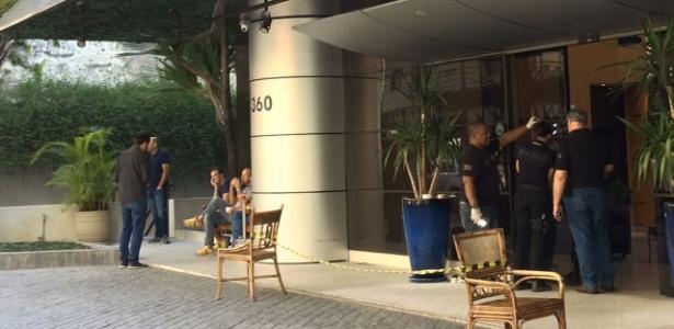 Policiais e peritos analisam hotel atacado por criminosos em região nobre de SP