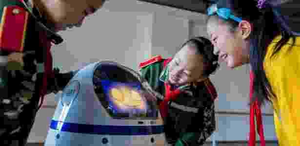 Crianças interagem com robô na China - Ding Genhou/Xinhua - Ding Genhou/Xinhua