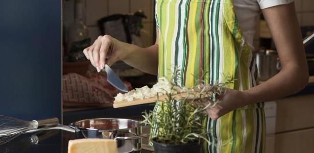 """""""Se pedir comida em vez de cozinhar, você está desobedecendo às regras femininas"""", teria dito professor em vídeo"""