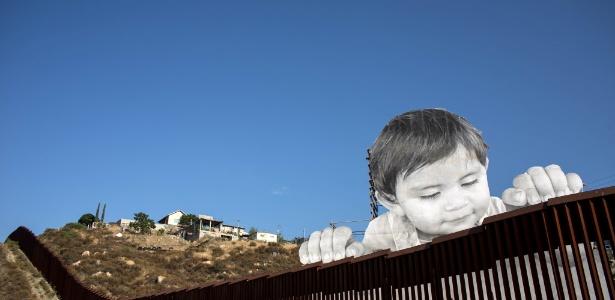 Instatalação de artista francês retrata criança sobre muro na fronteira entre México e EUA