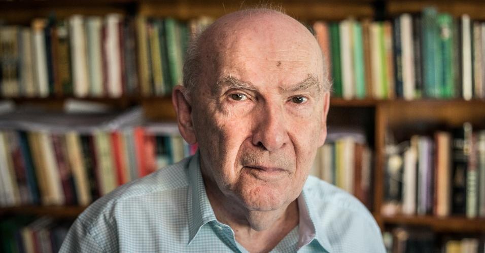 19.jan.2018 - O historiador Boris Fausto, no escritório de sua casa no Butantã, na zona oeste de São Paulo