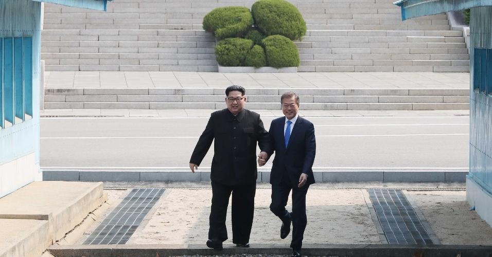 26.abril.2018 - Kim Jong-un, primeiro líder norte-coreano em 65 a pisar solo da Coreia do Sul, levou o presidente da Coreia do Sul, Moon Jae-in rapidamente a pisar em território norte-coreano