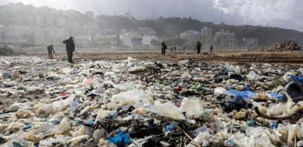Trabalhadores limpam praia da cidade costeira de Zouk Mosbeh