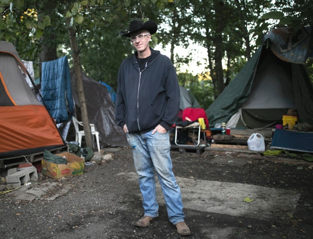 Sage Lewis no acampamento para sem-teto dentro de sua propriedade privada em Akron
