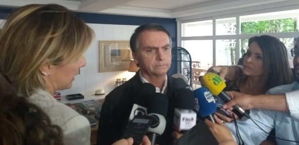 O candidato Jair Bolsonaro (PSL) falou com a imprensa neste sábado (20)