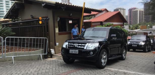 Carro deixa o condomínio com o presidente eleito Bolsonaro na manhã desta terça-feira