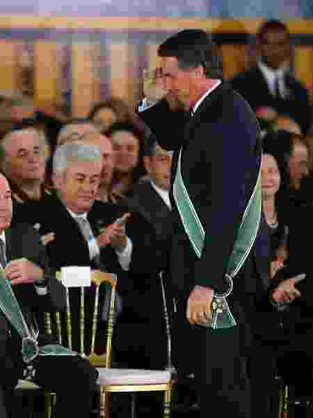 O presidente da República, Jair Bolsonaro, cumprimenta o general Eduardo Villas Bôas  - DIDA SAMPAIO/ESTADÃO CONTEÚDO